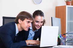 2 счастливых работника в офисе Стоковые Фотографии RF