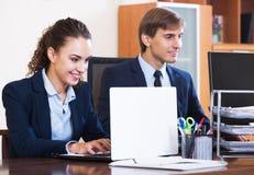 2 счастливых работника в офисе Стоковое Изображение RF
