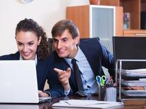 2 счастливых работника в офисе Стоковое Изображение