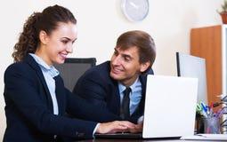 2 счастливых работника в офисе Стоковое Фото
