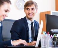 2 счастливых работника в офисе Стоковые Фото