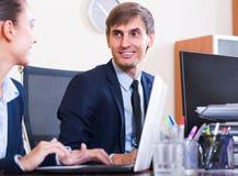 2 счастливых работника в офисе Стоковая Фотография RF
