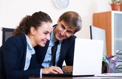 2 счастливых работника в офисе Стоковое фото RF