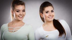 2 счастливых друз женщин имея потеху Стоковые Изображения RF