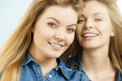 2 счастливых друз женщин имея потеху Стоковое Изображение RF