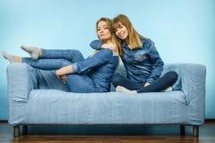 2 счастливых друз женщин нося обмундирование джинсов Стоковое Изображение