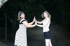 2 счастливых друз приближают к тоннелю Стоковое Изображение