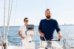 2 счастливых друз путешествуя на яхте Каникулы, туризм, holid Стоковые Изображения