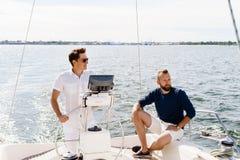 2 счастливых друз путешествуя на яхте Каникулы, туризм, holid Стоковая Фотография