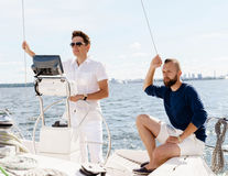 2 счастливых друз путешествуя на яхте Каникулы, туризм, holid Стоковые Фото