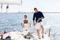 2 счастливых друз путешествуя на яхте Стоковые Фото