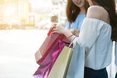 2 счастливых друз ходя по магазинам во времени праздника Стоковые Изображения RF
