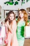 2 счастливых друз ходя по магазинам в моле Стоковое Изображение RF