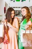 2 счастливых друз ходя по магазинам в моле Стоковые Фото