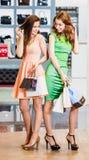 2 счастливых друз ходя по магазинам в моле Стоковое фото RF