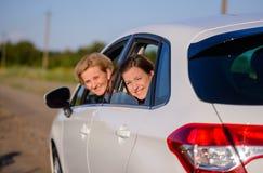 2 счастливых усмехаясь женщины в автомобиле Стоковая Фотография RF