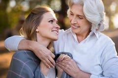 2 счастливых усмехаясь женщины обнимая один другого Стоковые Фото