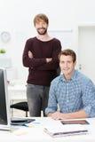 2 счастливых успешных бизнесмена Стоковая Фотография RF
