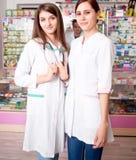2 счастливых doctos внутри фармации Стоковая Фотография RF