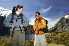 2 счастливых Hikers на ландшафте горы Стоковое Изображение