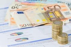 Счета за коммунальные услуги и штабелированные монетки Стоковые Фото