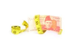 100 счетов валюты рупии пакистанских с лентой измерения Стоковое Изображение RF