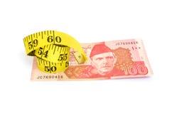 100 счетов валюты рупии пакистанских с лентой измерения Стоковое фото RF