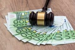 100 счетов евро с деревянным hamer Стоковое Изображение