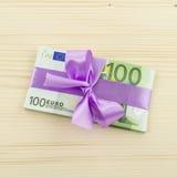 100 счетов евро с розовым смычком Стоковая Фотография RF