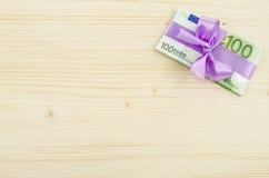 100 счетов евро с розовым смычком Стоковое Фото