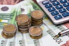 100 счетов евро с ручкой чернил, монеткой Стоковое Фото