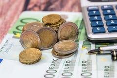 100 счетов евро с ручкой чернил, монеткой Стоковая Фотография
