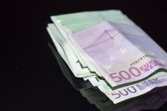 500 счетов евро штабелированных с круглой резинкой Стоковые Изображения RF