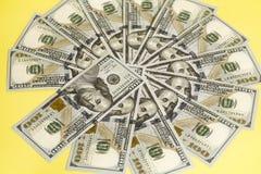 100 счетов США доллара распространенных в круге Стоковая Фотография