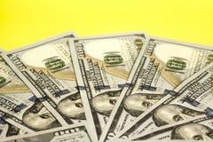 100 счетов США доллара распространенных в круге Стоковые Фотографии RF