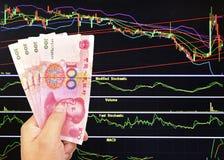 100 счетов юаней на предпосылке фондовой биржи Стоковое фото RF