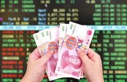 100 счетов юаней на предпосылке фондовой биржи Стоковое Изображение RF