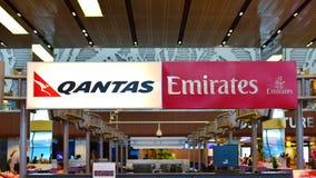 Счетчики обслуживания пассажиров партнеров, Qantas и эмиратов Стоковая Фотография RF