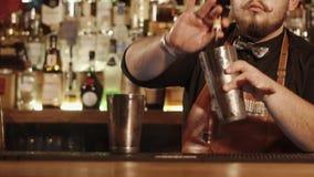 Счетчик бара близкого снимка где бармен приниманся за подготовке пить для посетителей сток-видео