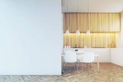 Счетчик кухни, обеденный стол и пустая тонизированная стена, Стоковые Фотографии RF
