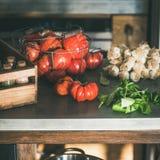 Счетчик кухни с ингредиентами для варить, квадратным урожаем стоковая фотография