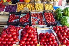 Счетчик магазина фрукта и овоща улицы с клетями стоковое фото