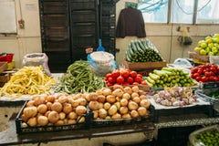 Счетчик при аграрная произведенная для продажи на благотворительном базаре крытого рынка Стоковые Фотографии RF
