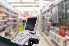 Счетчик стола наличных денег проверки супермаркета стоковая фотография