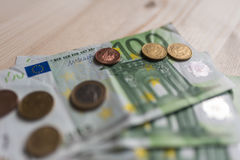 Счеты бумажных денег и монетки евро на таблице Стоковое Изображение RF