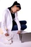 счеты делают список девушки делая оплачивать предназначенный для подростков к Стоковые Фотографии RF