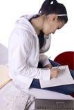 счеты делают список девушки делая оплачивать предназначенный для подростков к Стоковая Фотография