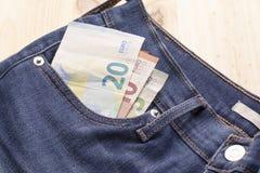 Счеты евро в карманн джинсов стоковое фото rf