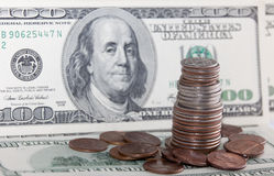 счеты закрывают доллар 100 монеток над поднимающим вверх взглядом Стоковое Фото