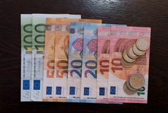 Счеты и монетки евро стоковые изображения rf